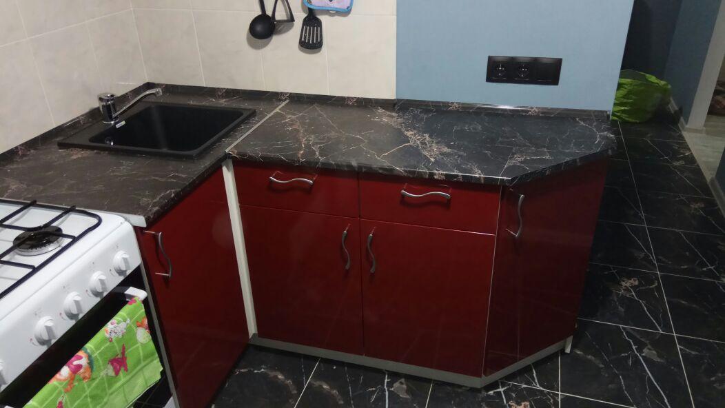 Угловая кухня белый и бордовый металлик