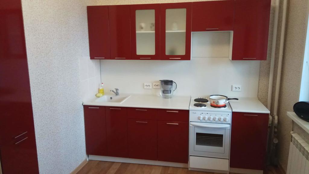 Прямая кухня с колонкой